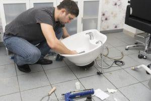 plombier réparant un lavabo sur Puteaux