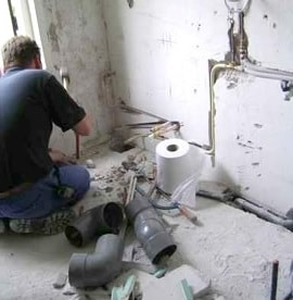 Plombier installant un conduit d'eau à Nice